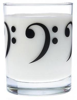 bicchiere in vetro con chiavi di basso
